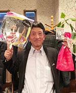 自作のうちわを持って。ラグビー日本主将「リーチ・マイケル」さんの写真を張ってます。ビンゴゲームの「リーチ!!」と語呂合わせ。