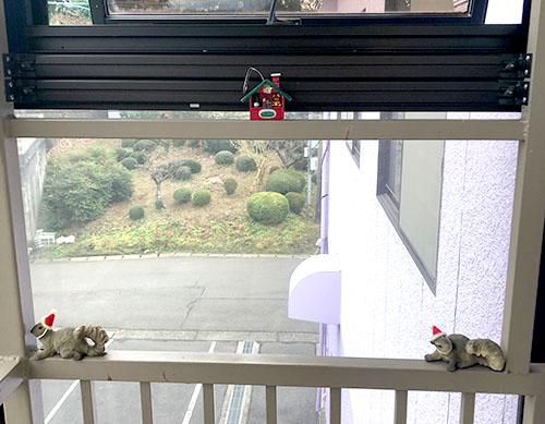 階段上では2匹のリスサンタ