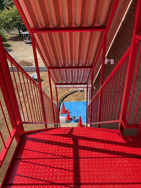 真っ赤な階段を上から見下ろしたところ